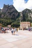 MONTSERRAT, SPANIEN 26. JUNI 2013: Touristen auf dem Gebiet des Benediktinerklosters, Montserrat, Katalonien, Spanien 26,2013 im  Stockbild