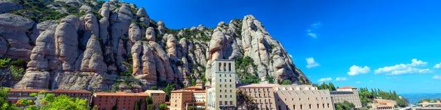Montserrat Spanien Panoramautsikt av abbotskloster av Santa Maria de Montserrat i de Montserrat bergen Arkivfoton