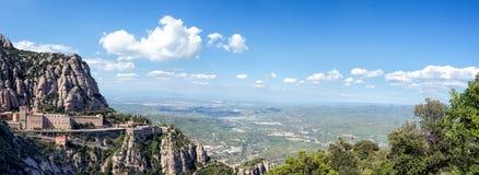 Montserrat Spanien Panoramautsikt av abbotskloster av Santa Maria de Montserrat i de Montserrat bergen Arkivbilder