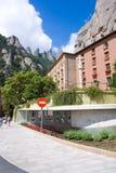MONTSERRAT, 26 SPANJE-JUNI, 2013: Toeristen op het grondgebied van Benedictineklooster, Montserrat, Catalonië, Spanje op 26,2013  Stock Foto