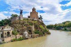 Monumen церков и Vakhtang Gorgasali Metekhi в Тбилиси, Georgia Стоковые Фотографии RF