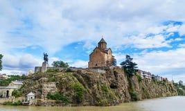 Monumen церков и Vakhtang Gorgasali Metekhi в Тбилиси, Georgia Стоковая Фотография