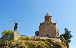 Monumen церков и Vakhtang Gorgasali Metekhi в Тбилиси, Georgia Стоковые Изображения RF