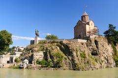 Monumen церков и Vakhtang Gorgasali Metekhi в Тбилиси, Georgia Стоковые Фото