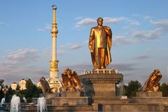 Monumen Niyazov και αψίδα της ανεξαρτησίας στο ηλιοβασίλεμα. Ashkhabad Στοκ εικόνες με δικαίωμα ελεύθερης χρήσης
