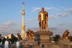 Monumen van Niyazov en Boog van Onafhankelijkheid in zonsondergang. Ashkhabad Royalty-vrije Stock Afbeeldingen