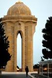 Monument à Bakou, capitale de l'Azerbaïdjan, à ceux tués le 20 janvier 1990, avec un homme silhouetté et regardant une tombe Image stock