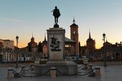 Monument à Cervantes sur le fond de beaux bâtiments image libre de droits