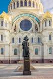 Monument à Fyodor Ushakov devant la cathédrale navale de Saint-Nicolas dans Kronstadt, Russie Photographie stock libre de droits