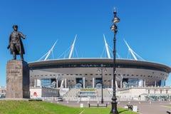 Monument à Kirov avant nouveau ` d'arène de St Petersburg de ` du football à St Petersburg Photographie stock libre de droits