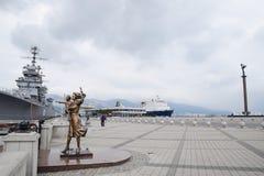 Monument à l'épouse du marin Amiral Kutuzov de navire de guerre Le secteur du port de message publicitaire de mer de Novorossiysk Image libre de droits