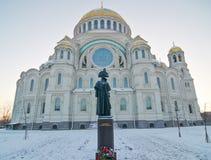 Monument à l'amiral Ushakov avant la cathédrale de mer dans Kronstadt Photos libres de droits