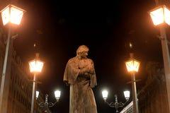 Monument à l'auteur Gogol la nuit image libre de droits