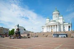 Monument à l'empereur russe Alexandre II et la cathédrale de Saint-Nicolas sur la place de sénat helsinki photo stock