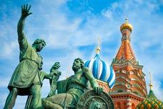 Monument à Minin et à Pozharsky sur le grand dos rouge Photographie stock libre de droits