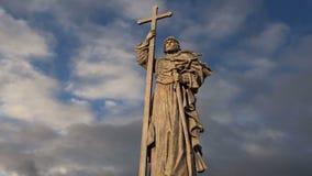 Monument à prince saint Vladimir le grand sur la place de Borovitskaya à Moscou près de Kremlin, Russie banque de vidéos