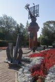 Monument à tous les explorateurs et navigateurs russes dans la ville de Totma, région de Vologda photographie stock libre de droits