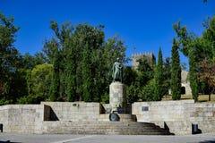 Monument aan Alfonso Enrique II en op de achtergrond het Kasteel in het centrum van Guimaraes Stock Afbeeldingen