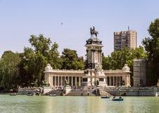 Monument aan Alfonso XII in het Park van Buen Retiro in Madrid Vijver met boten in historisch park van Madrid stock afbeeldingen
