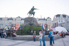 Monument aan Bogdan Khmelnitsky en vlaggen van landen, welke Eur Stock Afbeelding