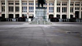 Monument aan de leider van perestroika in luzhniki-Vladimir Lenin! stock videobeelden