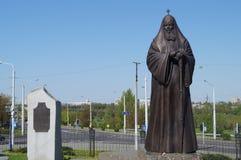 Monument aan de Patriarch van Moskou en Al Rusland Alexy 2 dichtbij de Kerk van Alle Heiligen, Minsk Stock Foto's