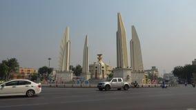 Monument aan Democratie op een Zonnige dag Bangkok, Thailand stock videobeelden