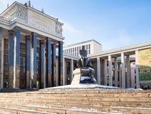 Monument aan Dostoevsky dichtbij de Russische Bibliotheek van de Staat stock fotografie