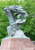 Monument aan Frederic Chopin in het Lazenki-park tegen de achtergrond van bomen Warshau, Polen Stock Foto's