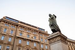 Monument aan Giuseppe Parini in Milaan in avond stock afbeelding