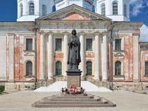 Monument aan Heilige Anna van Kashin voor Verrijzeniskathedraal in Kashin, Rusland royalty-vrije stock foto