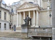 Monument aan Louis Pasteur tegen Chapelle de la Sorbonne in Parijs Royalty-vrije Stock Foto