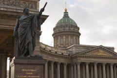 Monument aan Mikhail Kutuzov bij de Kazan Kathedraal in St. Petersburg royalty-vrije stock fotografie