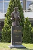 Monument aan Nicolas Tesla in Belgrado dichtbij de bouw van de Nationale Bibliotheek van Servië royalty-vrije stock fotografie