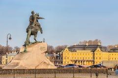 Monument aan Peter Groot bekend als de Bronsruiter op de achtergrond van het Menshikov-Paleis in St. Petersburg Royalty-vrije Stock Foto
