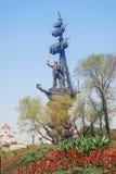 Monument aan Peter Groot en Christus de Verlosserskerk in Moskou Stock Foto