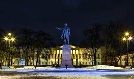 Monument aan Pushkin in de winter Heilige Petersburg in nacht, Rusland Dichter die op vrije houding zijn gedichten zeggen stock afbeelding