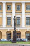 Monument aan Russische dichter Anna Akhmatova bij de Voskresenskaia-dijk tegenovergesteld van de Kruisengevangenis, St. Petersbur royalty-vrije stock afbeelding