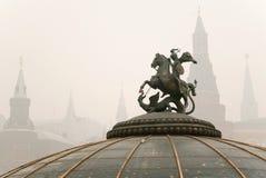 Monument aan St. George met het Kremlin Stock Foto's