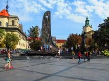Monument aan Taras Shevchenko en stele de Golf van Nationale Heropleving op Prospekt Svobody in Lviv Royalty-vrije Stock Foto's