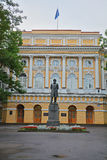 Monument aan Ushinsky bij de pedagogische universiteit van de Staat van A I Herzen in Heilige Petersburg, Rusland Stock Foto