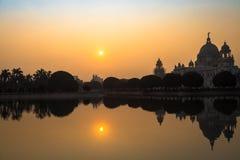 Monument architectural de bâtiment de Victoria Memorial en silhouette au lever de soleil photo stock