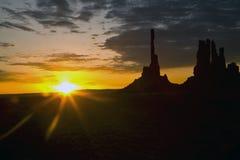 monument au-dessus de vallée de lever de soleil Image stock