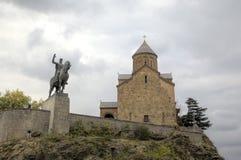 Monument au fondateur du tsar Vakhtang Gorgasali de ville et du temple de Metekhi image stock