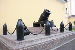 monument au vieux canon et boulets de canon pr?s de l'Amiraut? ? P?tersbourg photo libre de droits