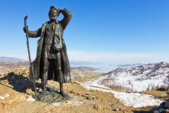 Monument auf dem Hintergrund des Eises vom Baikalsee Stockfotos