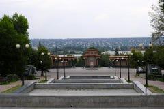 Monument aux combattants de la révolution, après quoi la vieille ville Image libre de droits
