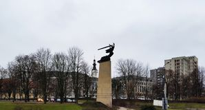 Monument aux héros-défenseurs de Varsovie Déplacement à Varsovie Déplacement à Varsovie La Pologne en hiver images libres de droits