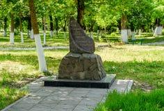 Monument aux liquidateurs de l'accident de Chernobyl dans le village Staronizhesteblyevskaya en parc Image stock