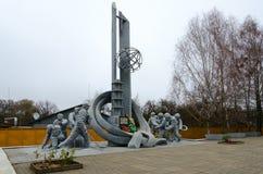 Monument aux sapeurs-pompiers qui ont participé à la liquidation des conséquences de l'accident à la centrale nucléaire de Cherno images stock